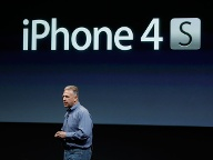 Apple-Manager Phil Schiller verriet den Namen des neuen Smartphones: iPhone 4S. (Quelle: AP/dpa)