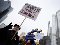 """Banken in die Schranken"": Demonstration vor der EZB in Frankfurt (Quelle: Reuters)"