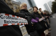 """Banken in die Schranken"": Demonstration in Frankfurt (Quelle: Reuters)"