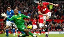 Manchester United zieht mit Manchester City am Boxing Day gleich. Uniteds Dimitar Berbatov überwindet am Boxing Day Keeper Ali Al-Habsi von Wigan Athletic.. (Quelle: dapd)