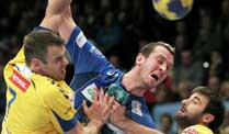 Handball: HSV in Champions League remis . Pascal Hens (Mi.) wird gestoppt.  (Quelle: dpa)
