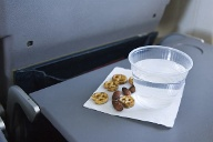 Wasserbecher in einem Flugzeug (Quelle: Thinkstock by Getty-Images)