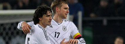 Konkurrenten in der Defensive: Mats Hummels und Per Mertesacker.  (Quelle: imago)