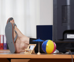 Kleidungs-No-Gos im Büro-Sommer. Flip-Flops sind ein absolutes No-Go im Büro. (Quelle: Thinkstock by Getty-Images)