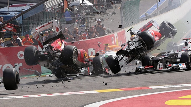 Jenson Button siegt im Crash-Festival von Spa. Die Trümmerteile fliegen: Heftiger Crash beim Start in Spa. (Quelle: dpa)