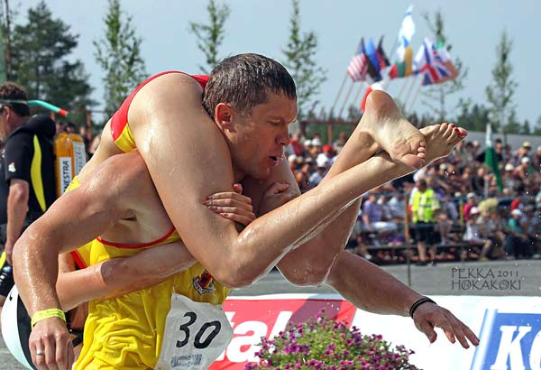 Wife Carrying World Championships in Finnland. (Quelle: eukonkanto.fi)