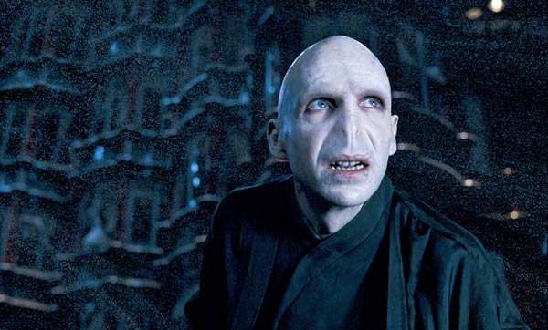 ralph fiennes als lord voldemort in harry potter die maske von ralph fiennes ist nicht nur. Black Bedroom Furniture Sets. Home Design Ideas