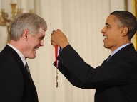 "2010 ehrte US-Präsident Barrack Obama Steve Sasson mit der ""National Medal of Technology and Innovation"". (Quelle: imago images)"