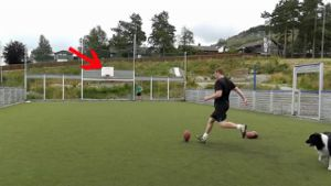 YouTube-Hit: Kicktricks mit dem Leder-Ei (Screenshot: Bitprojects)