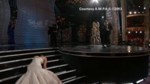 Jennifer Lawrence stolpert zum Oscar (Screenshot: CNN)