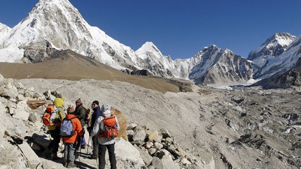 Mount Everest Besteigung: Tour zum Everest Base Camp . Nepal/Himalaya: Trekking-Gruppe auf dem Khumbu-Gletscher. (Quelle: SRT /Egmont Strigl )