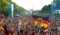 Fanmeile in Berlin, Public Viewing in Dortmund. Fanmeile am Brandenburger Tor bei der EURO 2012.