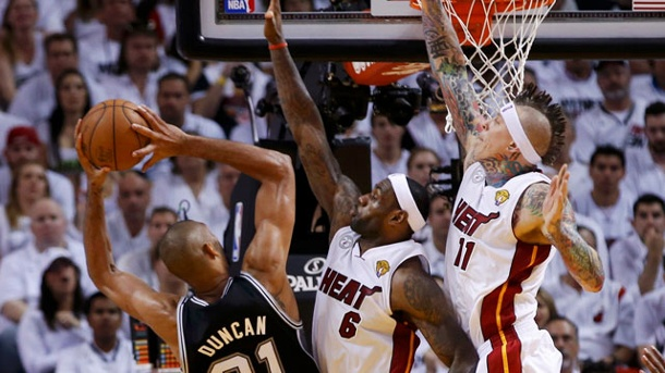NBA-Playoffs 2013: San Antonio Spurs legen bei den Miami Heat vor. Tim Duncan führt seine San Antonio Spurs zum Sieg in Miami. (Quelle: dpa)