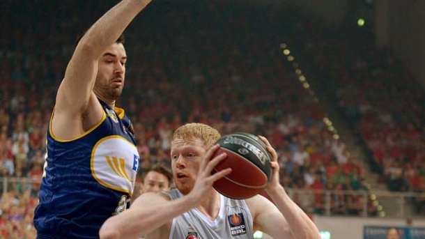 Bamberg legt gegen Oldenburg in BBL-Playoffs 2013 vor. Der Oldenburger Jannik Freese (li.) versucht den Bamberger Philipp Neumann zu blocken. (Quelle: dpa)
