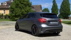 Mercedes A45 AMG: Dieser Benz hat richtig Power. (Screenshot: Deutsche Welle)