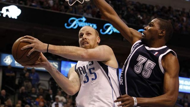 Chris Kaman wechselt zu den Los Angeles Lakers. Chris Kaman (li.) im Duell mit Kevin Durant. (Quelle: imago/ZUMA Press)