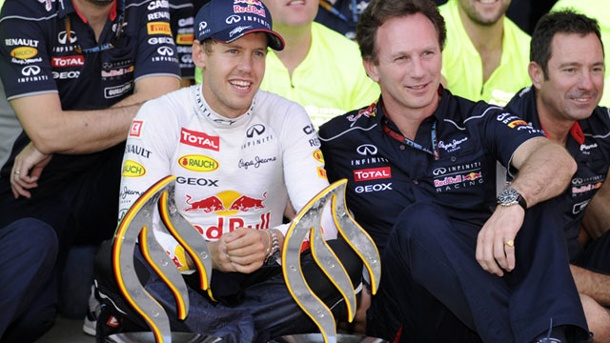 Christian Horner: Red Bull Racing hat in Reifenfrage Eier bewiesen. Christian Horner (re.) und Sebastian Vettel feiern den Sieg mit den erneuerten Reifen auf dem Nürburgring. (Quelle: imago/Sven Simon)