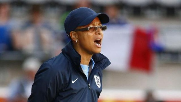 Powell als England-Trainerin entlassen. Hope Powell war 15 Jahre lang Englands Frauenfußball-Nationaltrainerin.