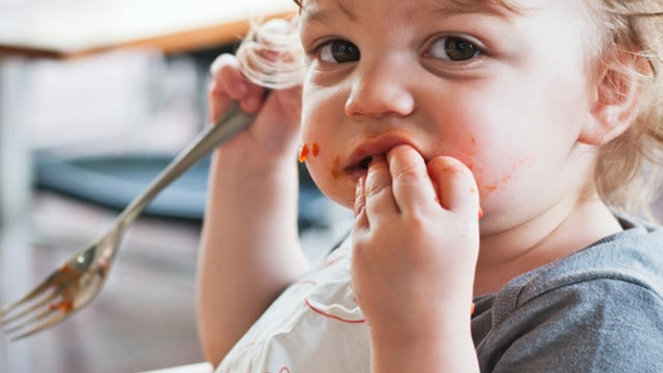 Baby Led Weaning: Revolution in der Beikosteinführung. Beim Baby Led Weaning ist die Sauerei eingeplant. (Quelle: Thinkstock by Getty-Images)