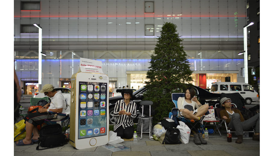 Campierende Apple-Fans in Tokio (Quelle: dpa)