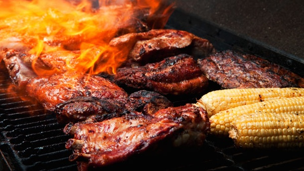 Grillgeräte: Gasgrill, Elektrogrill oder Holzkohlegrill?. Der Holzkohlegrill sorgt für rauchigen Geschmack (Quelle: Thinkstock by Getty-Images)