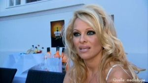 Pamela Anderson zieht bei 'Promi Big Brother' ein (Screenshot: dpa)