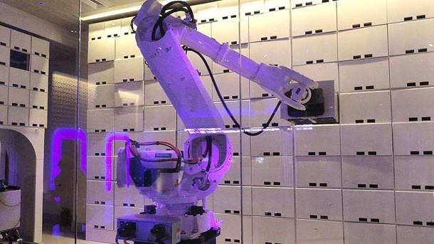 "Zimmerservice via Touchscreen: Die modernsten High-Tech-Hotels. Im ""Hotel Yotel New York at Times Square West"" übernimmt ein Roboter die Arbeit des Concierges. (Quelle: Holidaycheck)"