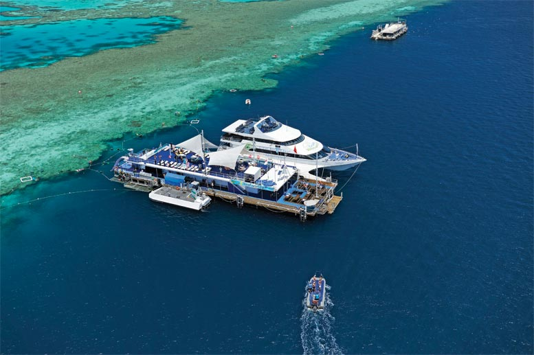 "Die schwimmende Plattform ""Reefworld"" am Great Barrier Reef (Quelle: Tourism Queensland)"