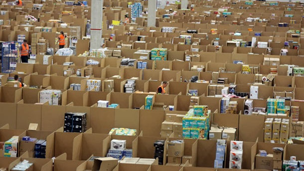 Amazon Vine im Visier: Verbraucherzentrale rügt Produkttester-Club. Amazon Logistik-Zentrale in Rheinberg (Quelle: imago/biky)
