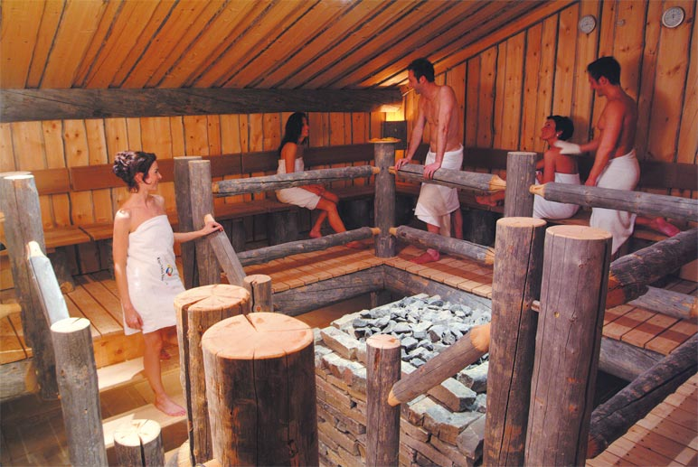 nat rlich darf auch in dieser therme der gang in die sauna nicht fehlen 2. Black Bedroom Furniture Sets. Home Design Ideas