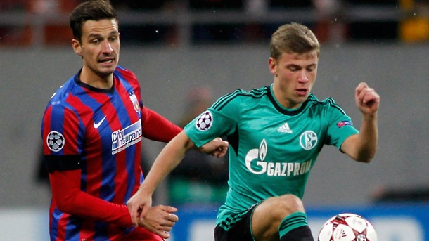 Champions League: Schalke muss nach Remis in Bukarest ums Weiterkommen zittern. Schalkes Jungstar Max Meyer (re.) enteilt Lukasz Szukala.  (Quelle: Reuters)