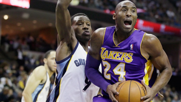 NBA: Lakers-Superstar Kobe Bryant bricht sich den Schienbeinkopf . Lakers-Superstar Kobe Bryant (re.) und Tony Allen von den Grizzlies.  (Quelle: AP/dpa)