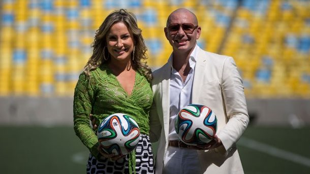 "WM-Song ""We Are One"" kommt von Jennifer Lopez und Pitbull. Claudia Leitte und Rapper Pitbull singen den WM-Song ""We Are One (Ole Ola)"". (Quelle: AP/dpa/Felipe Dana)"