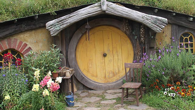schlafen wie bei herr der ringe russland baut ein hobbitdorf. Black Bedroom Furniture Sets. Home Design Ideas