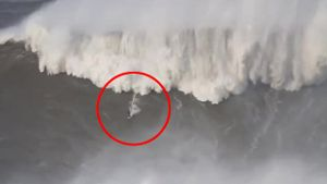 Neuer Weltrekord? Extremsurfer Andrew Cotton reitet Riesenwelle vor Portugal (Screenshot: Bit Projects)