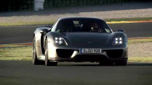 Walter Röhrl testet den Porsche 918 (Screenshot: Car News TV)