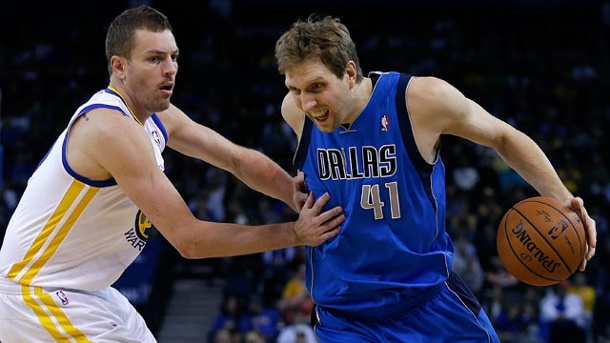 Dirk Nowitzki und Dallas Mavericks kassieren derbe Klatsche in NBA. David Lee von den Golden State Warriors (li.) versucht, Dirk Nowitzki zu stoppen.  (Quelle: dpa)