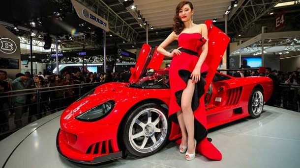 Messe-Girls aus Peking und New York: Diese Schönheiten aus Ost und West stehlen den Autos die Show. Messe-Girls in Peking und New York (Quelle: imago/Xinhua)