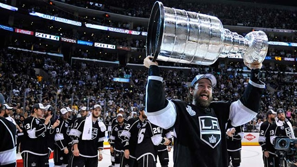 NHL: Los Angeles Kings holen den Stanley Cup. Hoch den Pott: Justin Williams hat dem Los Angeles Kings den Stanley Cup gewonnen. (Quelle: Reuters/Gary A. Vasquez-USA Today Sports)