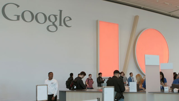 Konferenz Google I/O 2014: Android Lollipop, Nest und Android Wear. Teilnehmer der Entwicklerkonferenz Google I/O 2014 checken im Moscone Center in San Francisco ein.  (Quelle: dpa)
