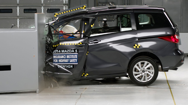 mazda5 bringt katastrophale ergebnisse bei pfahl crashtest des iihs. Black Bedroom Furniture Sets. Home Design Ideas
