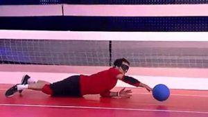 'Schlag den Star': Steffen Henssler versagt beim 'Goalball' (Screenshot: MySpass.de)