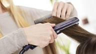 Haare glätten (Quelle: Thinkstock by Getty-Images)