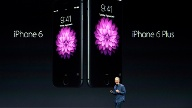 Tim Cook zeigt das iPhone 6 und iPhone 6 Plus (Quelle: AP/dpa)