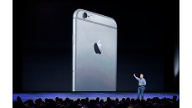 Phil Schiller zeigt das iPhone 6 (Quelle: Reuters)