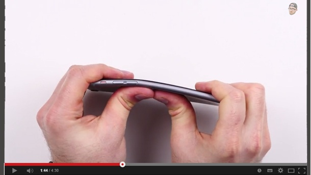 "iPhone 6 Plus verbiegt sich in der Hosentasche - #Bentgate. Lou von ""Unbox Therapy"" biegt hier im YouTube-Video sein iPhone 6 Plus. (Quelle: Unbox Therapy)"