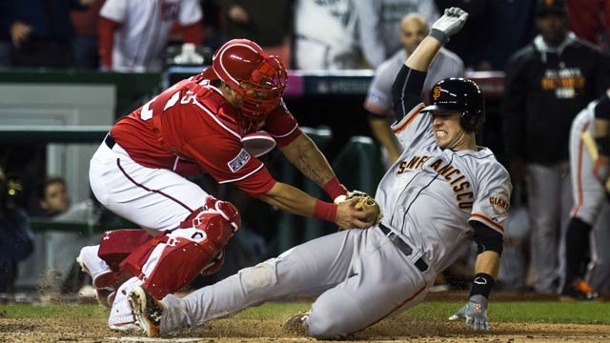 MLB: Giants gewinnen längstes Spiel der Playoff-Geschichte. Wilson Ramos von den Washington Nationals (li.) und Buster Posey von San Francisco Giants  (Quelle: dpa)