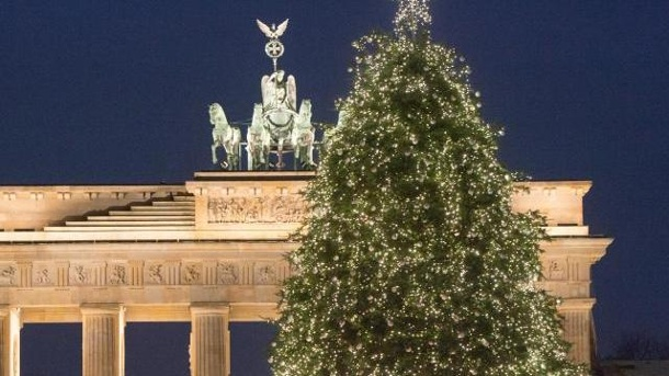 30 000 lichter weihnachtsbaum am brandenburger tor erleuchtet. Black Bedroom Furniture Sets. Home Design Ideas