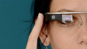 Frau mit Computerbrille Google Glass