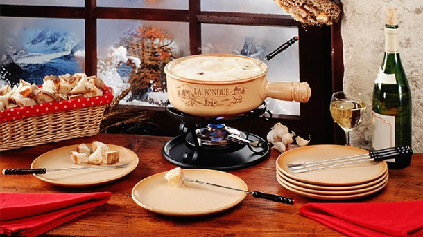 Klassisches oder elektrisches Fondue? . Ein klassisches Fondue verleiht dem Essen Lagerfeuerromantik  (Quelle: Thinkstock by Getty-Images)